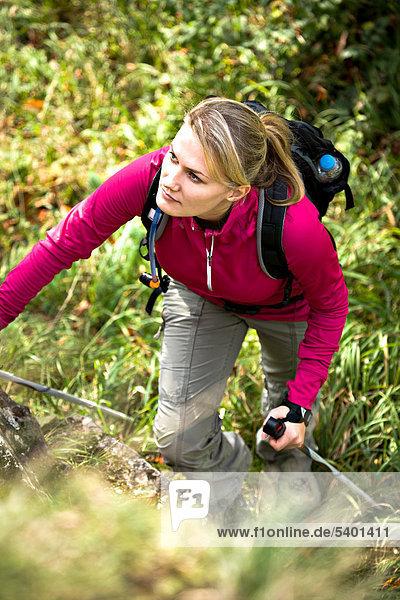 Junge Frau beim Wandern in den Bergen