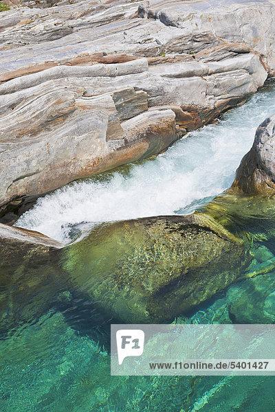 Flusslauf der Verzasca bei Lavertezzo  Verzascatal  Valle Verzasca  Tessin  Schweiz  Europa