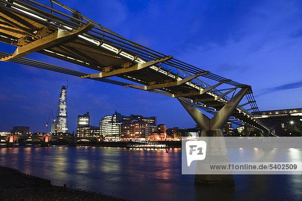 Millennium Fußgängerbrücke mit modernen Büro- und Wohngebäuden am Südufer der Themse in der Abenddämmerung  London  England  Großbritannien  Europa