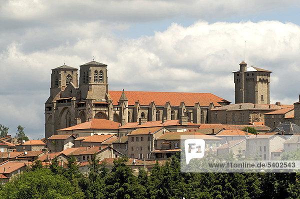 Abteikirche und Häuser der Gemeinde La Chaise-Dieu  DÈpartement Haute-Loire  Auvergne  Frankreich  Europa
