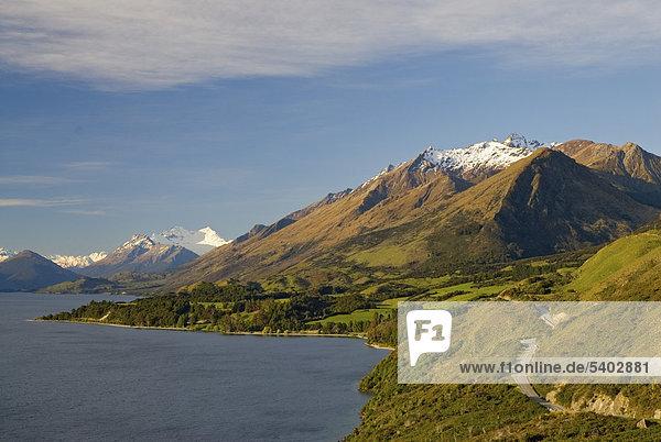 Straße am Ufer des Sees Lake Wakatipu entlang  hinten die Neuseeländischen Alpen  Südinsel  Neuseeland