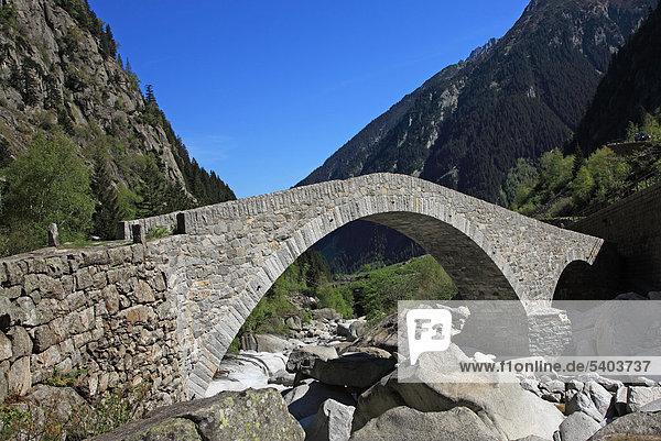 Reisen  Geografie  Natur  Europa  Schweiz  Uri  Göschenen  Verkehr  St. Gotthard  Pass  Häderlisbrücke  Brücke  Road  Schweizer Alpen  Berg  Landschaft  Scenic  Frühling  Reuss  Fluss  Horizontal