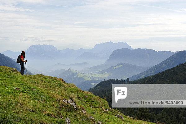 Wanderer an der Ackernalm  Blick auf das Inntal  mit dem Kaisergebirge  Tirol  Österreich  Europa