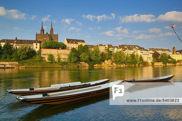 Europa Wohnhaus Gebäude Stadt Großstadt Boot fließen Fluss Kirche Altstadt Morgendämmerung Basel Schweiz Morgenlicht