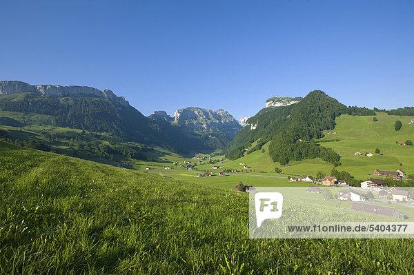 Landschaftlich schön landschaftlich reizvoll Europa Berg Wohnhaus Sommer Landwirtschaft Feld Wiese Schweiz