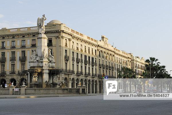 Brunnen mit Skulptur  Font del Geni Catal‡  neoklassizistisches Gebäude  Porxos d'en XifrÈ  Pl‡ del Palau  Barcelona  Katalonien  Spanien  ÖffentlicherGrund