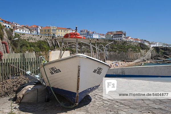 Boot im Ericera Fischereihafen  Lissabon Küste  Portugal  Europa