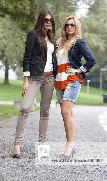 Zwei junge Frauen posieren mit Sonnenbrille