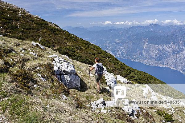 Bergsteiger beim Aufstieg zum Monte Altissimo oberhalb von Nago-Torbole  unten der Gardasee  Trentino  Italien  Europa