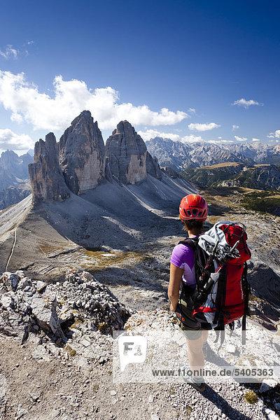 Hikers on Mt Paterno  view of Tre Cime di Lavaredo massif  Mt Monte Cristallo in the back  Sesto  Sexten  Alta Pusteria Valley  Dolomites  South Tyrol  Italy  Europe