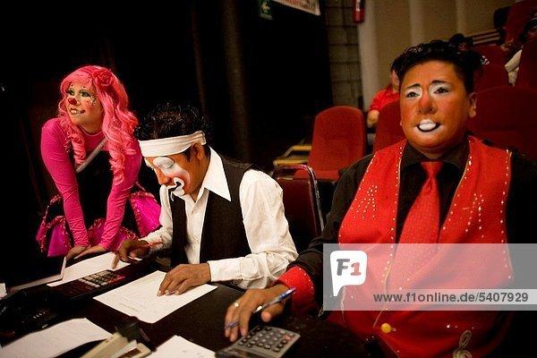Organisation  organisieren  lachen  Wettbewerb  Globalisierung  Clown  Hispanier  Rede  Reden  Urteil