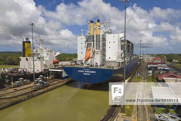 Norwegischen Frachtschiff durch Gatun Locks  Panamakanal  Panama