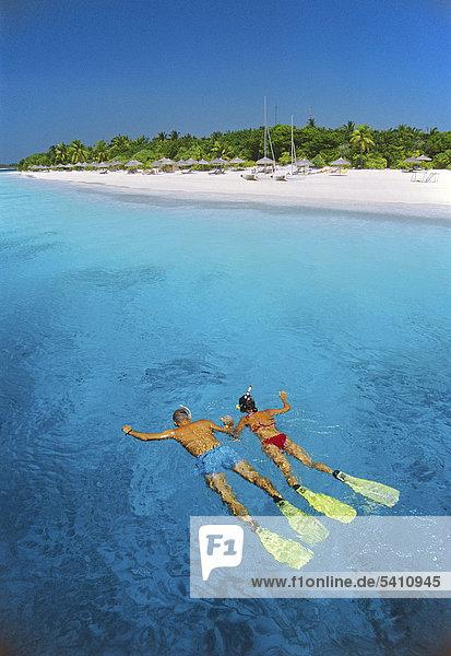 Schnorchler vor der Maledveninsel Reethi Beach  Baa-Atoll  Malediven  Indischer Ozean  Asien