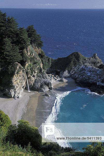 Wasserfall  Meer  Klippen  Bucht  Türkis  Gewässer  Pazifikküste  Julia Pfeiffer Burns State Park  Highway  1  Big Sur  Kalifornien  USA  USA  America