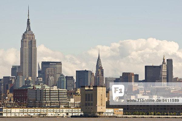 Die Skyline von Manhattan von Jersey City aus  New Jersey  USA