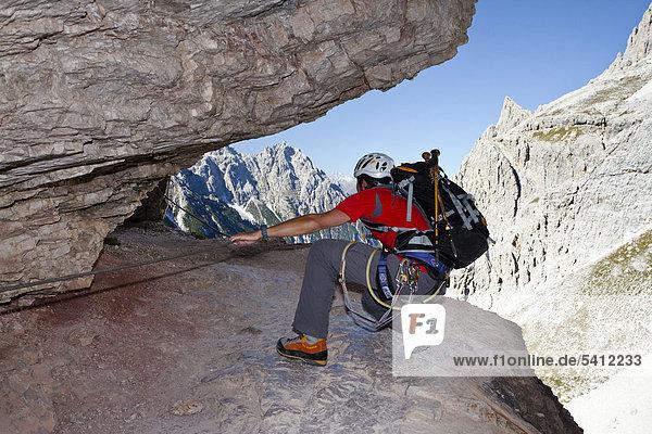 Kletterer im Alpinisteig  Sexten  Hochpustertal  Dolomiten  Südtirol  Italien  Europa Kletterer im Alpinisteig, Sexten, Hochpustertal, Dolomiten, Südtirol, Italien, Europa