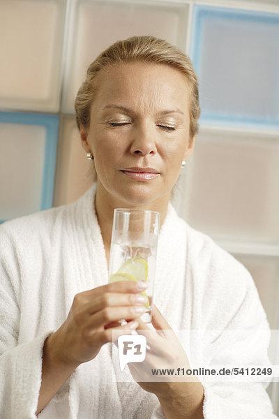 Frau  40 Jahre  mit Glas Wasser  Wellness