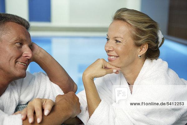 Mann  52 Jahre  und Frau  42 Jahre  unterhalten sich  Wellness