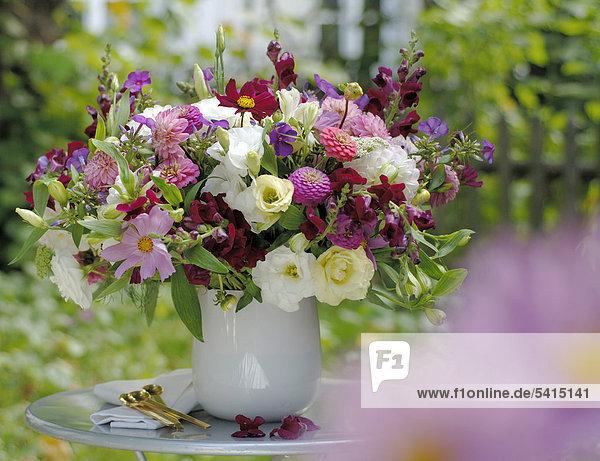 Blumenstrauß Sommer auf Gartentisch