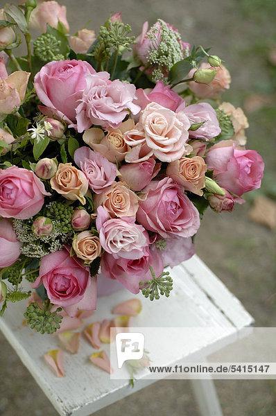 Bund mit rosa Rosen im freien