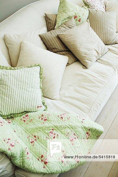 Decke und Kissen auf couch