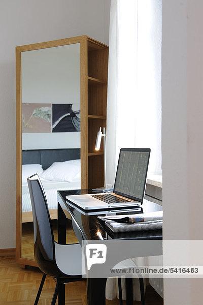 Schreibtisch Notebook Fenster