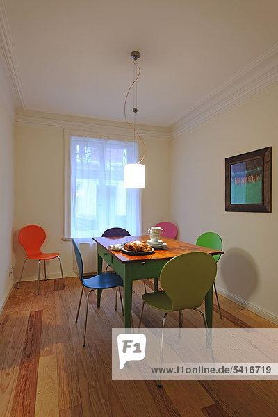 Farbaufnahme Farbe Stuhl am Tisch essen Zimmer