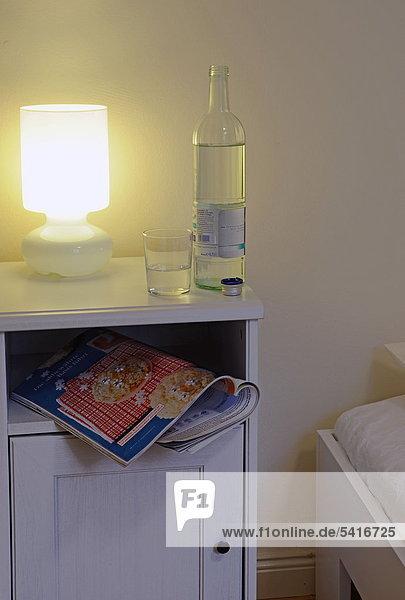 Wasser Glas Bettseite Tisch Flasche