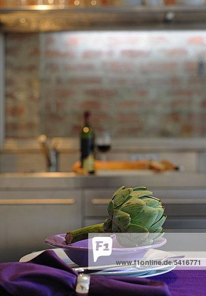 Artischocke auf Platte in Küche