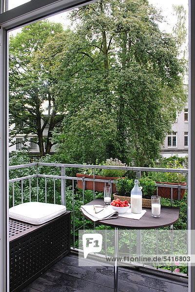 Milch  Erdbeeren  Brillen und Zeitung auf Balkon Tisch Milch, Erdbeeren, Brillen und Zeitung auf Balkon Tisch