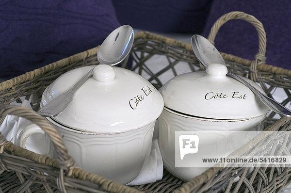 Zwei Porzellan Behälter mit Löffel
