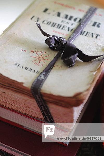 Altes Buch verpackt mit Multifunktionsleiste