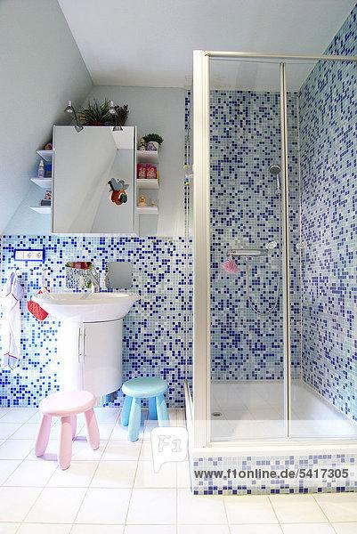 Badezimmer mit Dusche und Mosaik-Fliesen
