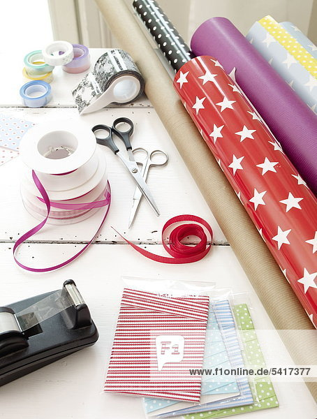 Geschenkpapier  Bänder und Bandspender