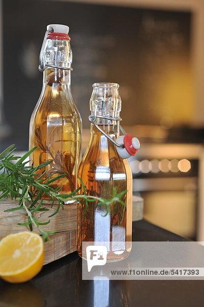Zwei Flaschen Rosmarinöl