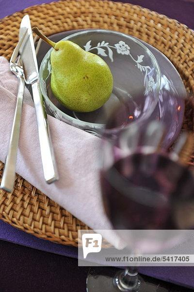 Schale mit Birne und Glas
