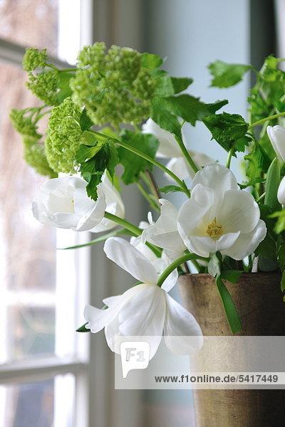 Blumenstrauß am Fenster