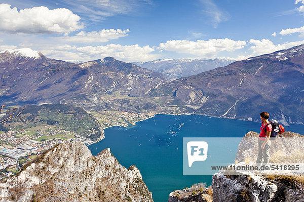 Bergsteigerin auf der Cima Rocca  Klettersteig mit Blick auf den Gardasee  Riva und Torbole  Trentino  Italien  Europa