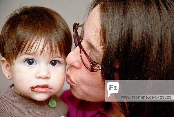 sehen  küssen  gerade  Schokolade  Blick in die Kamera  Baby sehen ,küssen ,gerade ,Schokolade ,Blick in die Kamera ,Baby