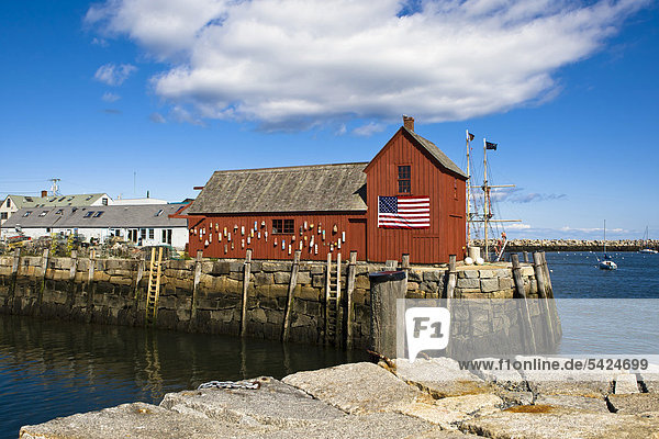 Red storage shed  Rockport  a small fishing village in Massachusetts  New England  USA