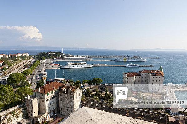 Blick auf Split und den Hafen von der Offenen Säulengalerie auf dem Campanile der Kathedrale von Split  Mitteldalmatien  Dalmatien  Adriaküste  Kroatien  Europa  ÖffentlicherGrund