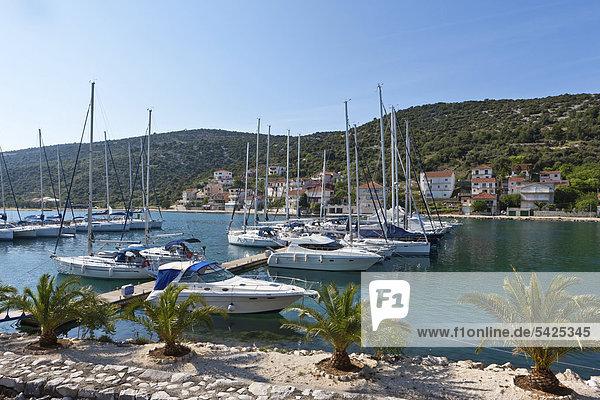 Das Fischerdorf Marina mit Bucht und Yachthafen  Mitteldalmatien  Dalmatien  Adriaküste  Kroatien  Europa  ÖffentlicherGrund