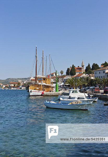 Der Ort Rogoznica  mit Hafen und Bucht  Mitteldalmatien  Dalmatien  Adriaküste  Kroatien  Europa  ÖffentlicherGrund