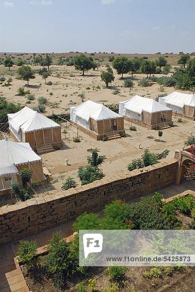 Zelte des Royal Jodhpur Camp in Mool Sagar  Heritage Hotel und Lustgarten der Maharajas von Jodhpur  bei Jaisalmer  Wüste Thar  Rajasthan  Nordindien  Indien  Asien