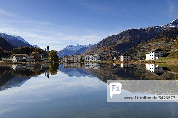 Tarasper See mit Spiegelbild vom Dorf Tarasp  Scuol  Unterengadin  Graubünden  Schweiz  Europa