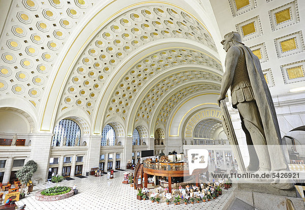 Innenaufnahme Great Main Hall  überlebensgroße Statue  Wartesaal  Bahnhof  Union Station  Washington DC  District of Columbia  Vereinigte Staaten von Amerika  USA
