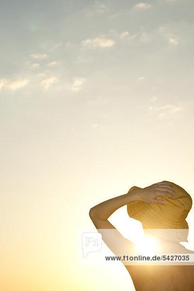 Frau im Freien Silhouette gegen untergehende Sonne