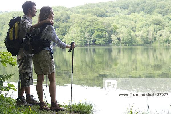 Wanderpaar mit Blick auf den See