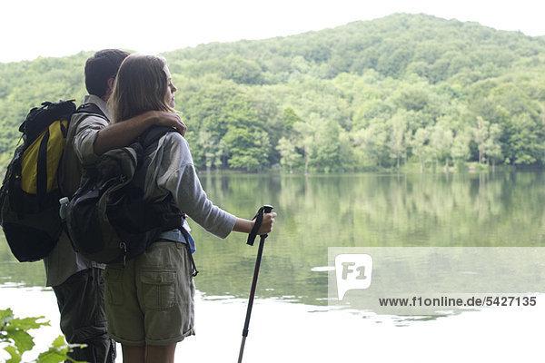 Wanderpaar am See stehend