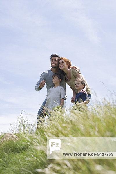 Eltern und kleine Jungen  die sich die Aussicht anschauen